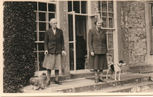 corr0-Madge and Joan drawing room steps c1955